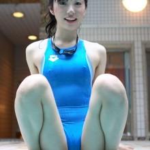 肌に張り付く競泳水着 (1)