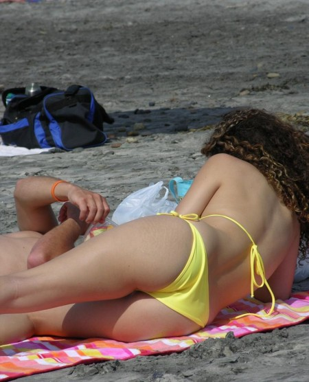 海岸にいた、エロい水着の女性たち (6)