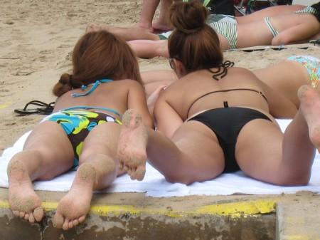 海岸にいた、エロい水着の女性たち (13)