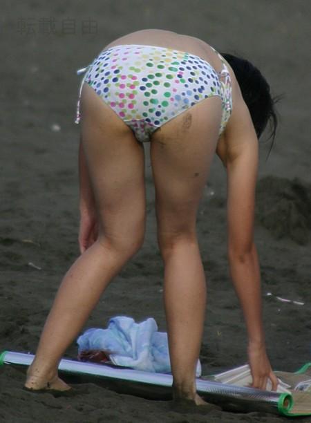 海岸にいた、エロい水着の女性たち (15)