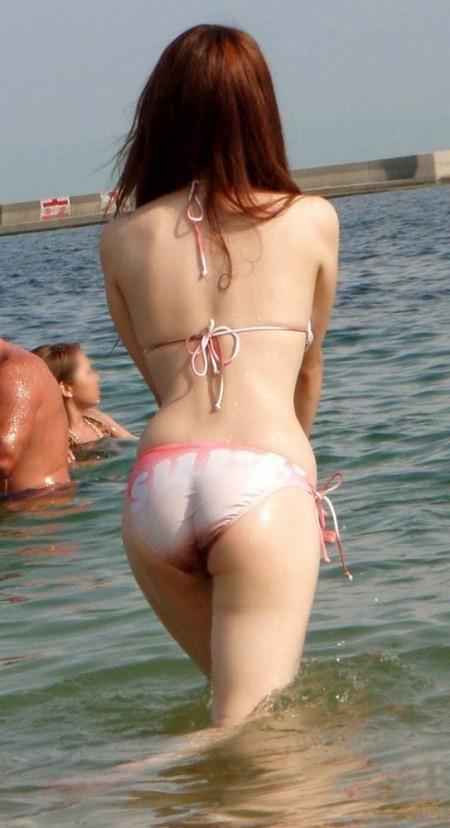 海岸にいた、エロい水着の女性たち (16)