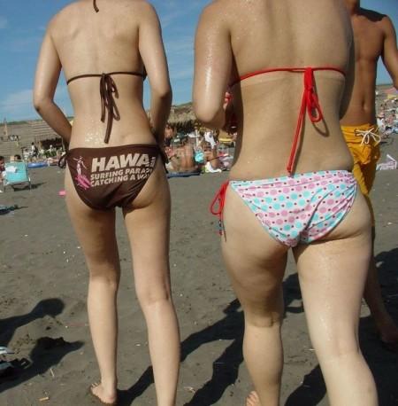 海岸にいた、エロい水着の女性たち (19)