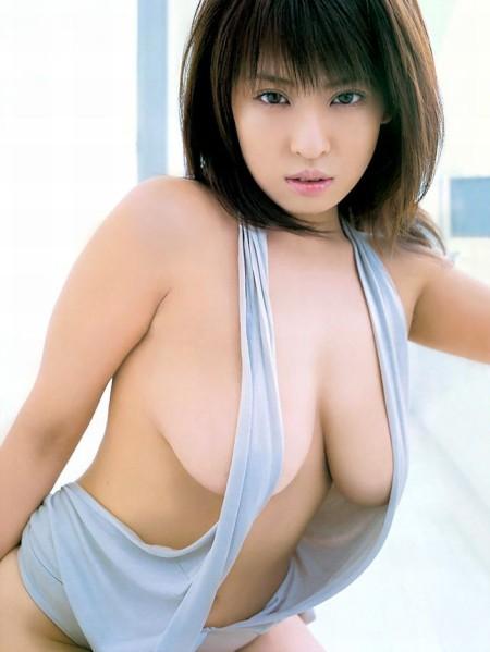 もうちょっとで巨乳の乳首が見えそう