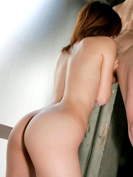 フェラしてる女性のオシリ。良い尻してる
