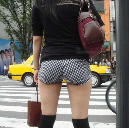 ホットパンツ&生足で街を歩く女性たち (4)