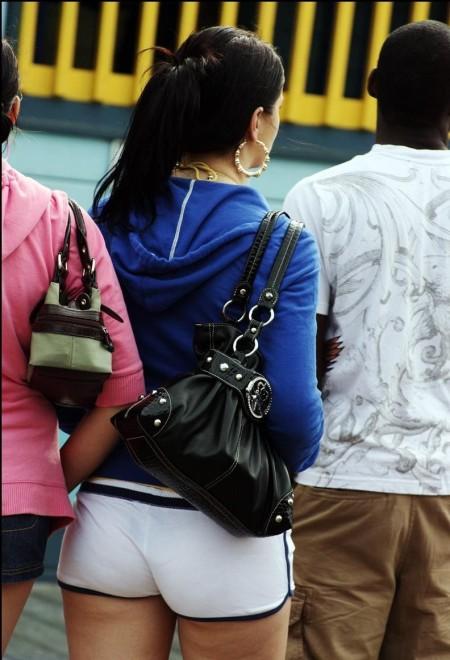 ホットパンツ&生足で街を歩く女性たち (11)