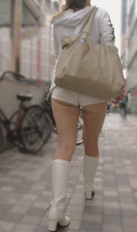 ホットパンツ&生足で街を歩く女性たち (18)