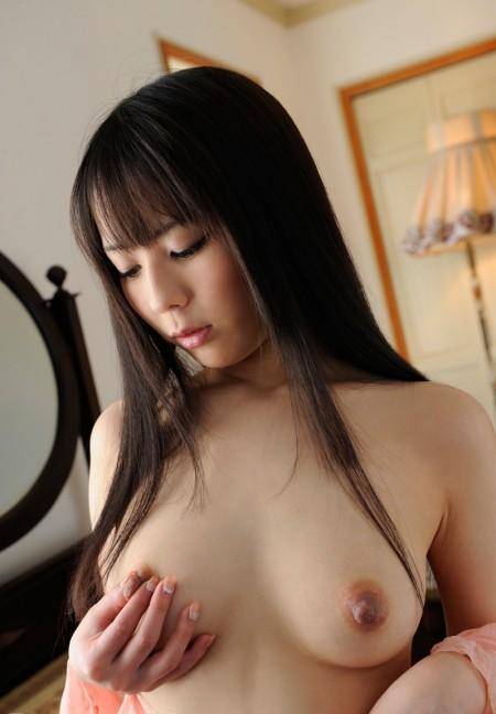 乳首を指でつまむ、佳苗るか
