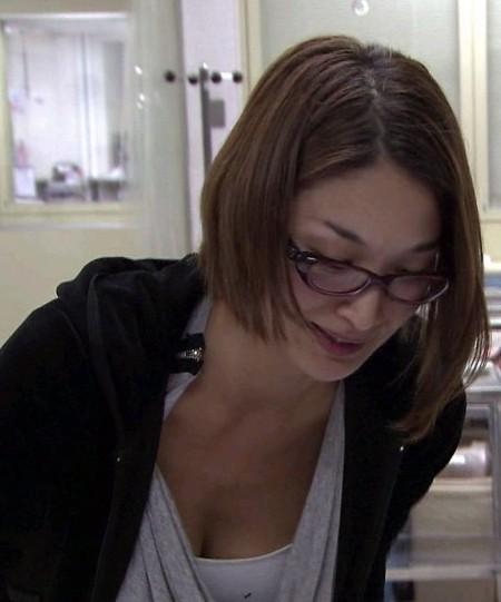 胸元から胸チラしちゃった女性たち (10)