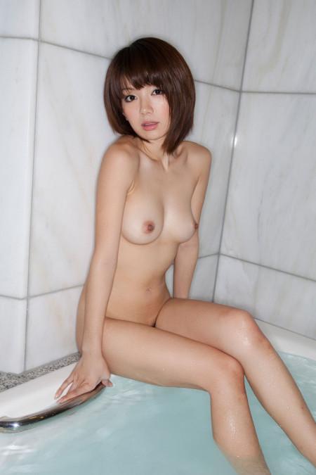 全裸で浴槽に腰を下ろす、希美まゆ