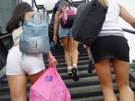 街で見つけたパンチラ女性たち (19)