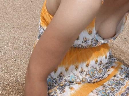 気が付かないうちに、胸チラしてる女性たち (4)