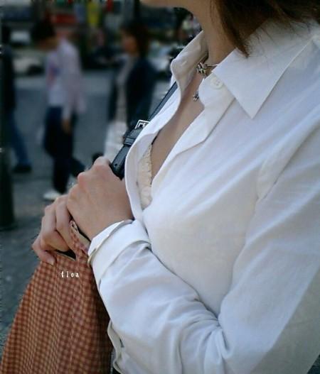 気が付かないうちに、胸チラしてる女性たち (17)