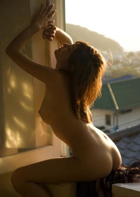 窓にまたがって体をくねらせる、明日花キララ