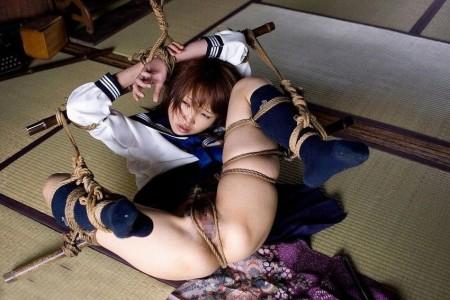 服を脱がされて、縛られてる女性たち (4)