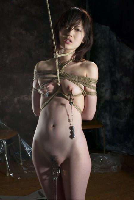 服を脱がされて、縛られてる女性たち (20)
