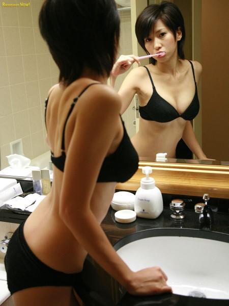 歯磨き中の、黒い下着の女性