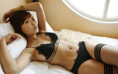 ベッドに横たわる、セクシーな黒下着の娘