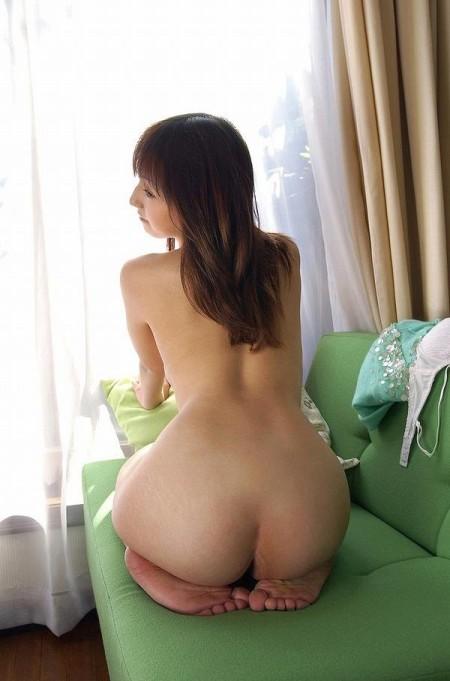 素っ裸で正座する女性。足とオシリの隙間が気になります