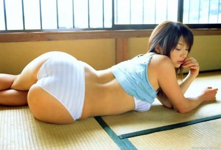 和室で寝転んで、腰をくねらせる女の子