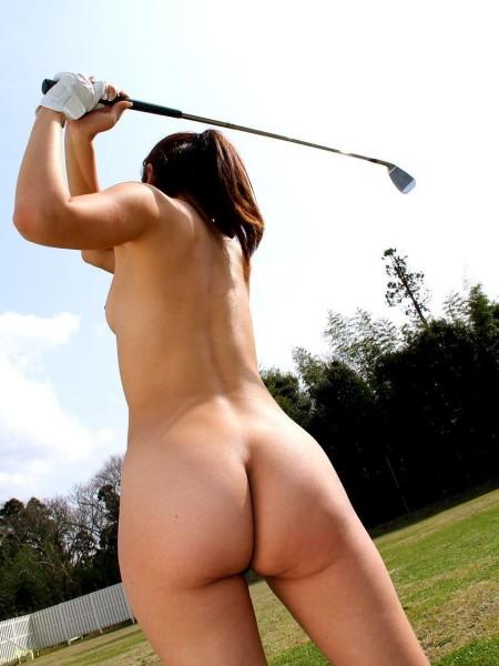 全裸でゴルフする女性。こんな子とコースを回りたい