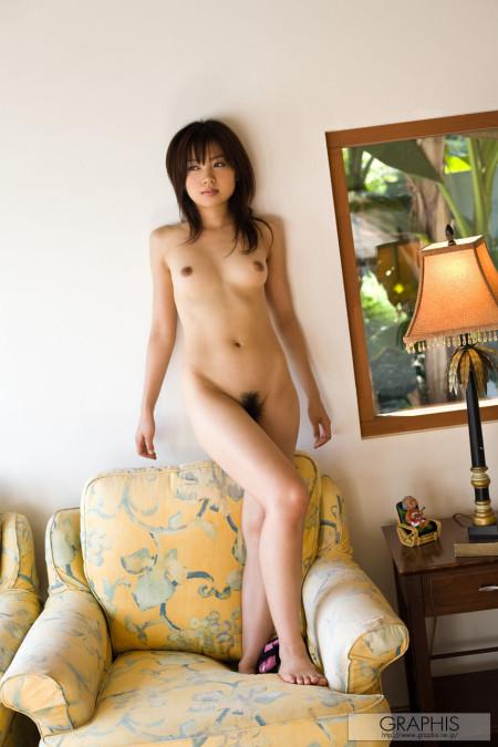 素っ裸でソファーの上に立つ、伊東遥