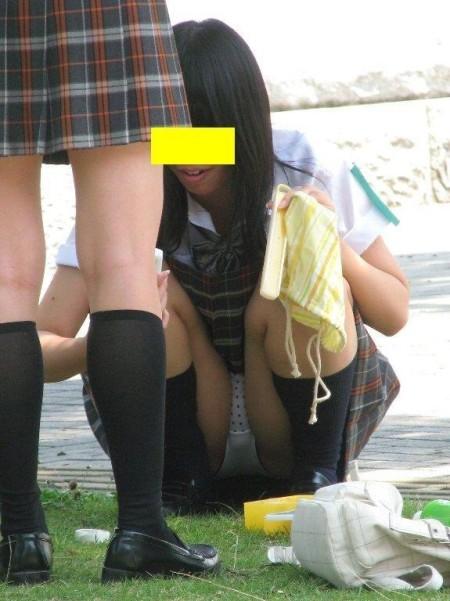 女子校生たちの、しゃがみパンチラ (5)
