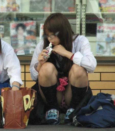 女子校生たちの、しゃがみパンチラ (10)