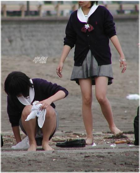 女子校生たちの、しゃがみパンチラ (11)