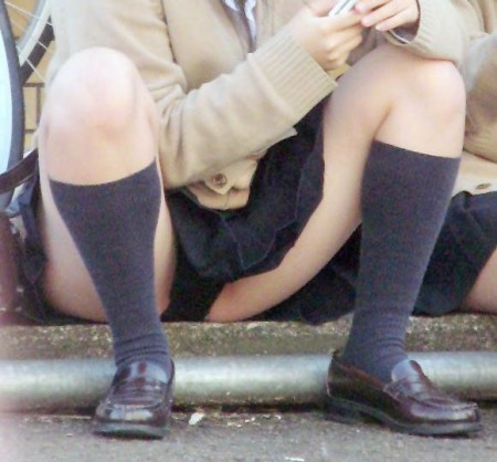 女子校生たちの、しゃがみパンチラ (12)