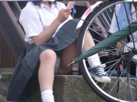 女子校生たちの、しゃがみパンチラ (19)
