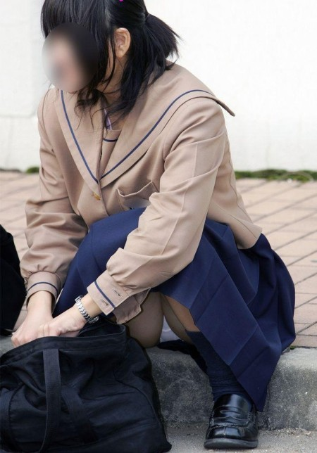女子校生たちの、しゃがみパンチラ (15)