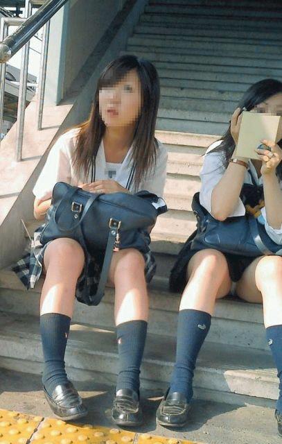 女子校生たちの、しゃがみパンチラ (16)