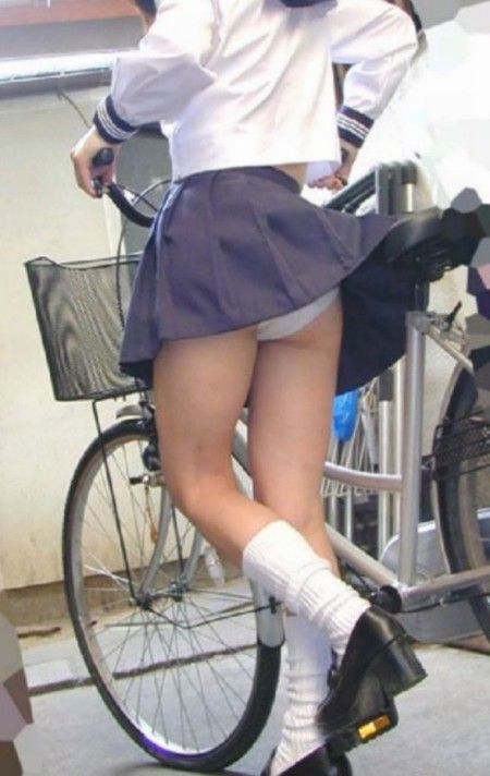 短い制服のスカートから、パンチラしてるJK (1)
