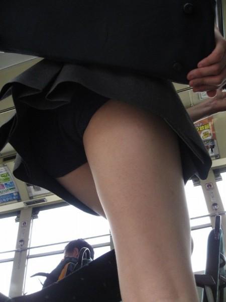 短い制服のスカートから、パンチラしてるJK (2)
