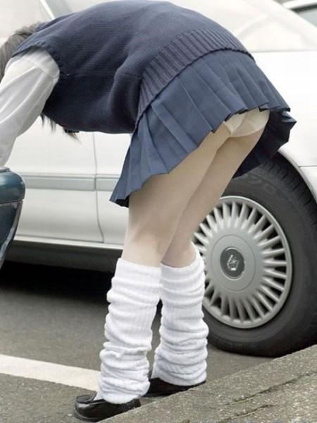 短い制服のスカートから、パンチラしてるJK (4)