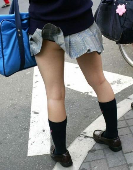 短い制服のスカートから、パンチラしてるJK (5)