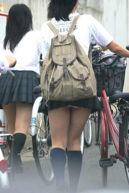 可愛いパンツが見えちゃってる、女子校生たち (3)
