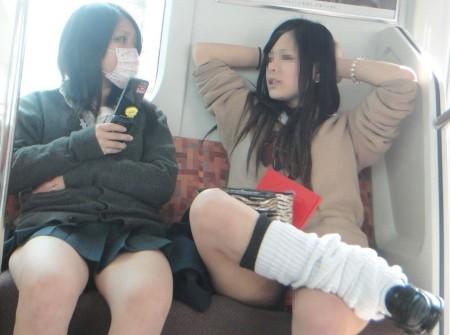 可愛いパンツが見えちゃってる、女子校生たち (4)