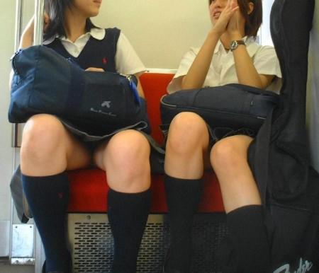 可愛いパンツが見えちゃってる、女子校生たち (5)