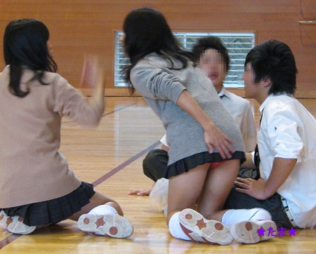 可愛いパンツが見えちゃってる、女子校生たち (7)