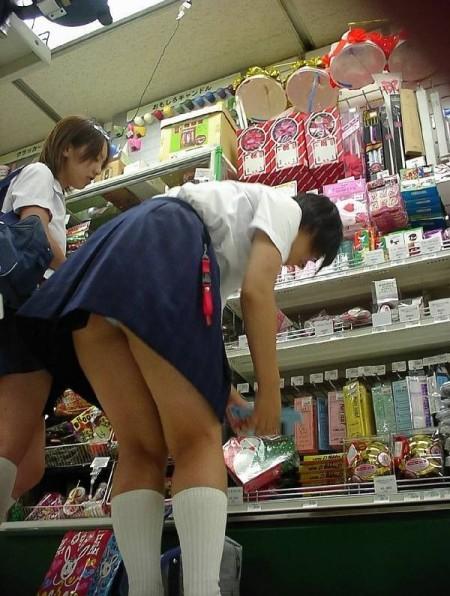 可愛いパンツが見えちゃってる、女子校生たち (10)