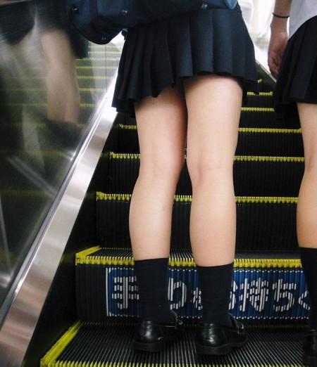 可愛いパンツが見えちゃってる、女子校生たち (16)