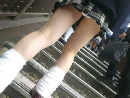 可愛いパンツが見えちゃってる、女子校生たち (17)