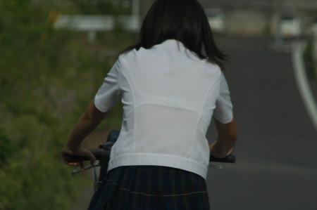 制服から透けブラしちゃった、女子校生たち (3)
