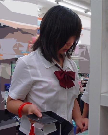 制服から透けブラしちゃった、女子校生たち (4)