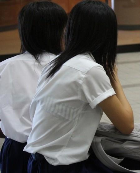制服から透けブラしちゃった、女子校生たち (5)