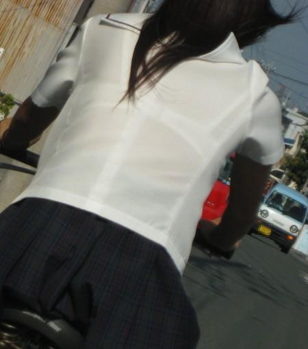 制服から透けブラしちゃった、女子校生たち (8)
