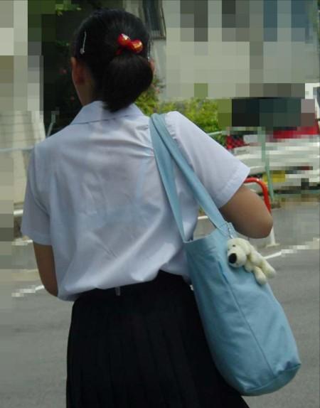 制服から透けブラしちゃった、女子校生たち (9)