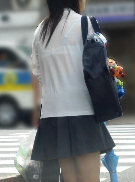 制服から透けブラしちゃった、女子校生たち (11)